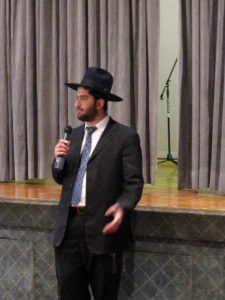 Rabbi Yoni speaking at the Mount Sinai synagogue in Washington Heights, New York City.
